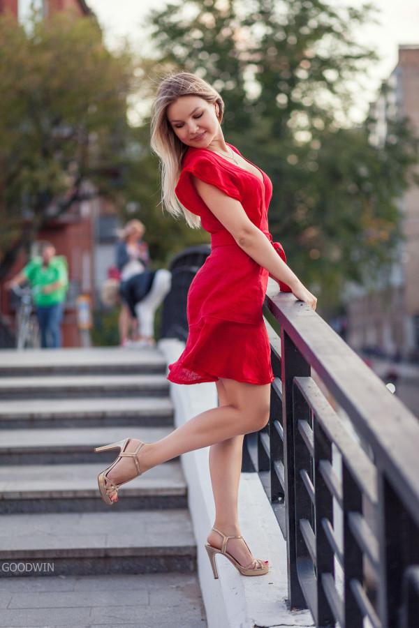 Как Оксана смущала проходящих мимо мужчин (фото)