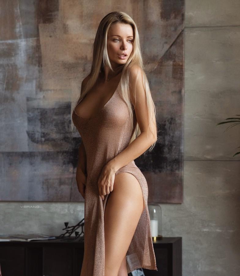 Раздеваем Катю (18+)