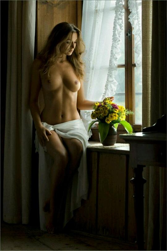 девушка раздевается у окна фото