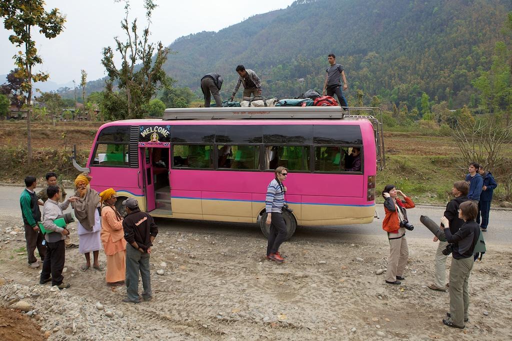 Розовый автобус из Катманду в Дунче (Dhunche)