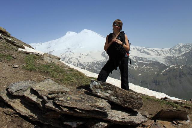 Светка на фоне Эльбруса