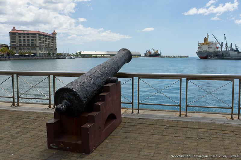 Пушка на набережной Порта-Луи