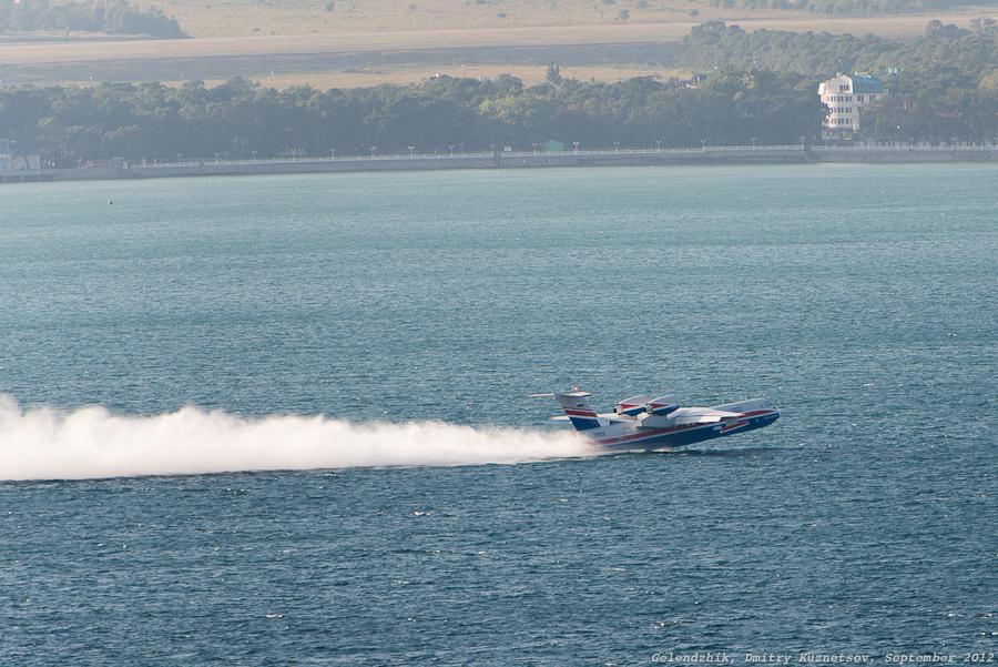Бе-200 завершает набор воды