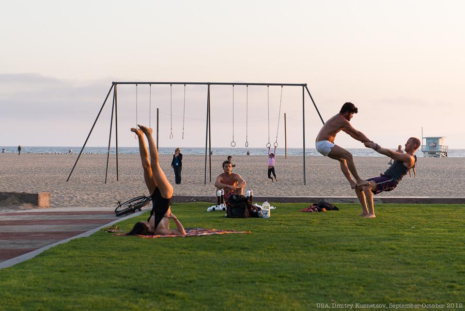Местные гимнасты на пляже