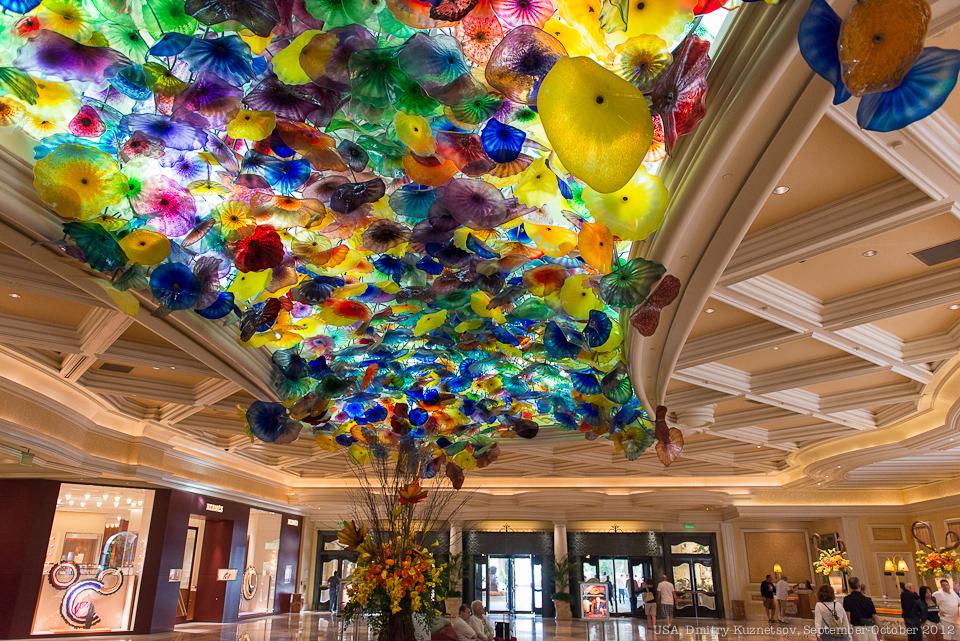Лобби отеля Bellagio - потолок стеклянных цветов