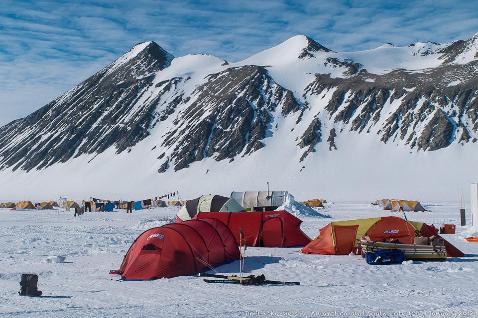 Наши палатки на фоне гор
