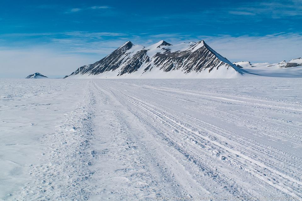 Укатанная дорога между между Union Glacier Camp и ледяной ВПП