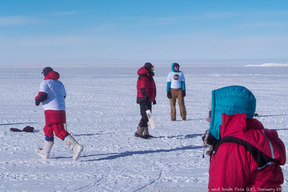Володя - в центре - играет в крикет неподалеку от Южного полюса