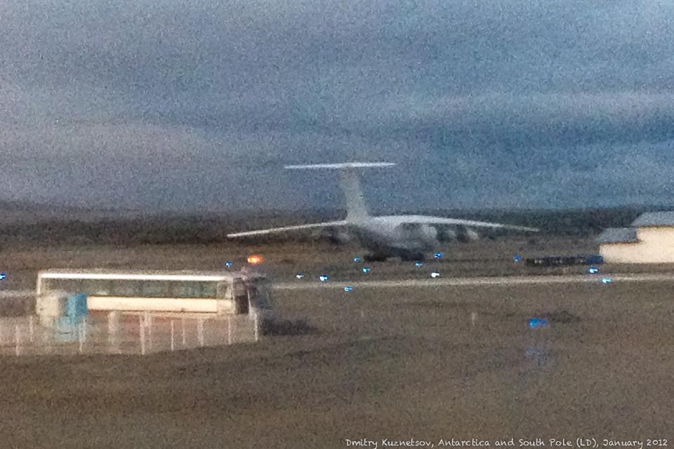 Прощальный взгляд на Ил-76ТД, который возил нас в Антарктиду