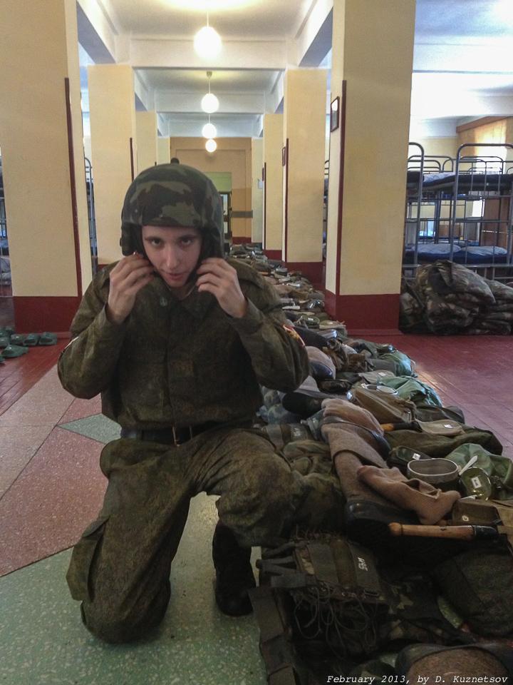 Игорь демонстрирует свое обмундирование