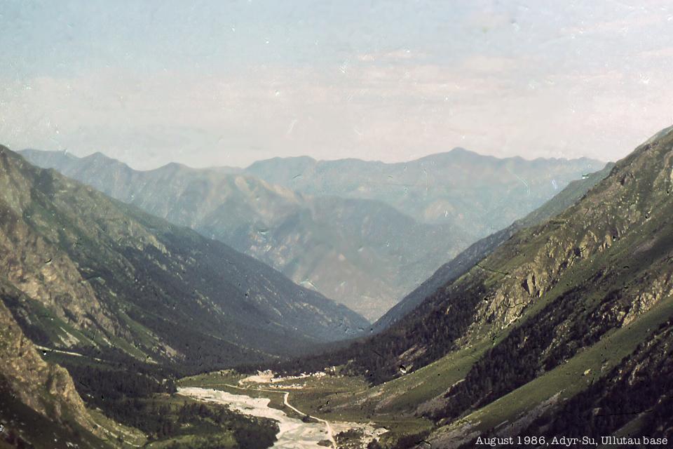 Ущелье Адыр-Су -- вид сверху