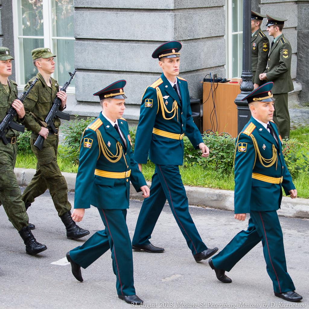 6. Строевым шагом подходят первокурсники под командованием офицеров