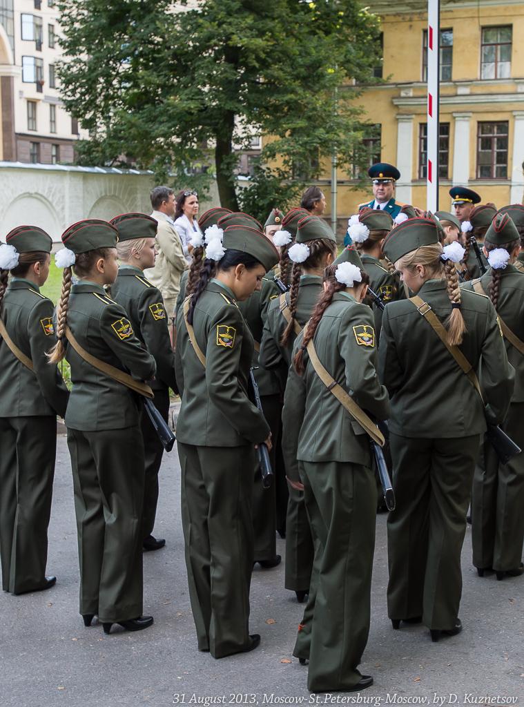 28. Первокурсники готовятся к прохождению торжественным маршем