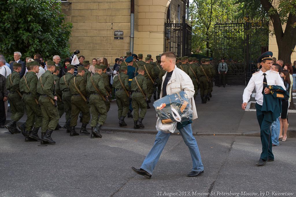 36. Некоторые офицеры уже переоделись в гражданское и покидают расположение академии