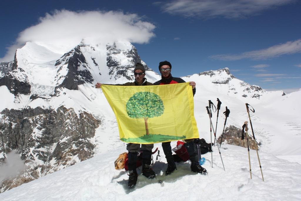 На вершине пика Воробьева (5709 м) с флагом Липецка. На заднем плане - пик Евгении Корженевской