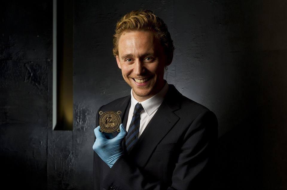 Том Хиддлстон держит оригинальную 600-летнюю печать Генриха V из коллекции Британского музея