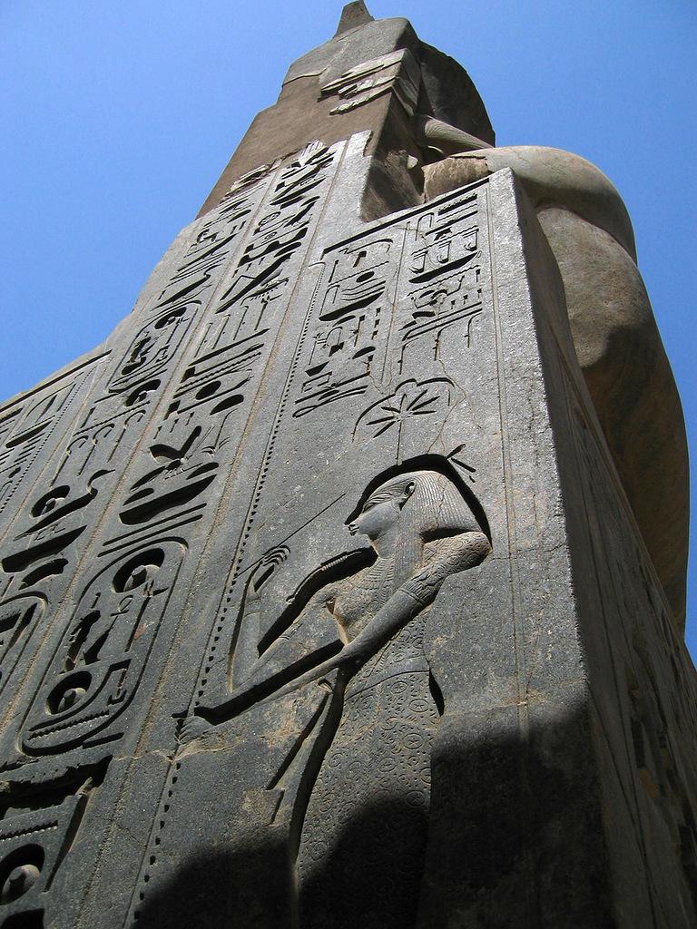 гранитная штукатурка отлетела на древнем монументе в Луксоре