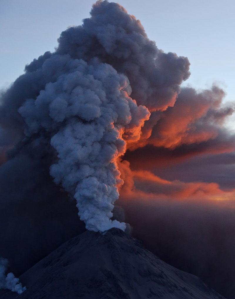 Из кратера вулкана кизимин вырывались