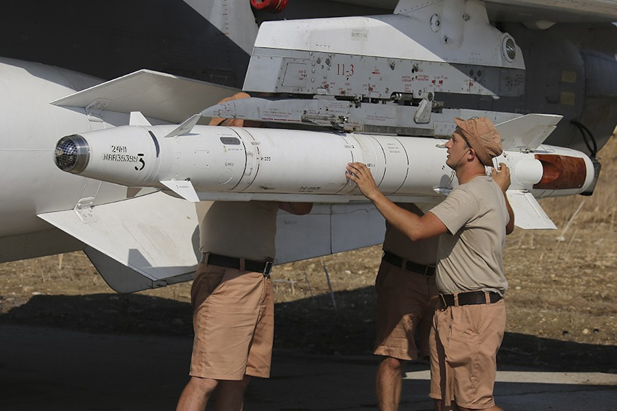 Fixing_missiles_to_a_Russian_jet_at_Latakia_(1)