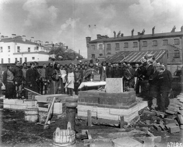 молебен перед закладкой литейно механического завода ао Вестингауза 25 мая 1899.jpg