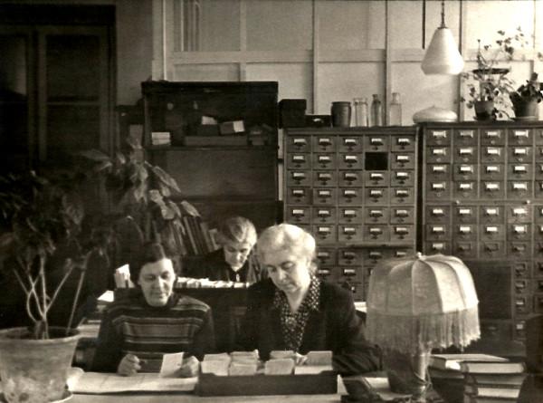 В отделе обработки. Шустикова - спереди слева. 1950-е г..jpg
