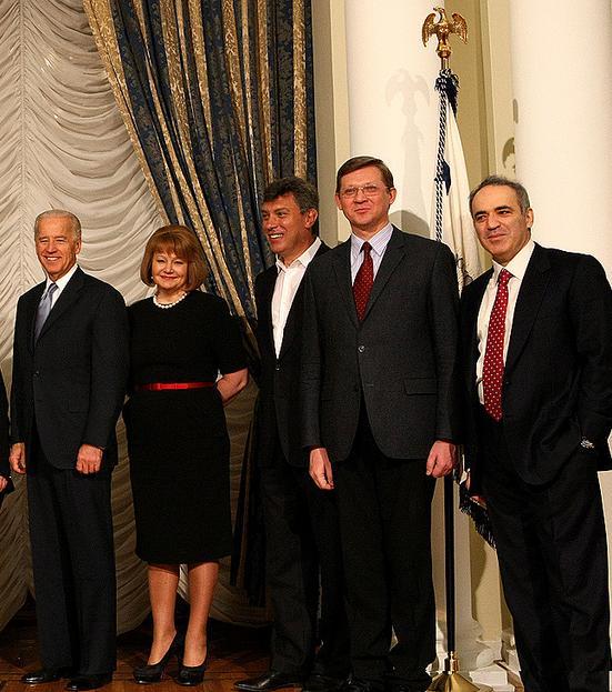 Вице президент США Байден принимает челядь.