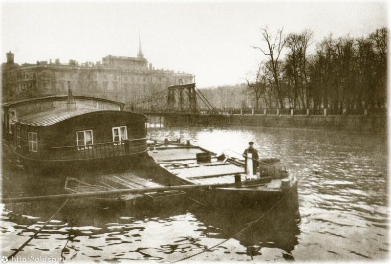 Баржа у Летнего сада (сзади цепной мост, не сохранившийся до наших дней)