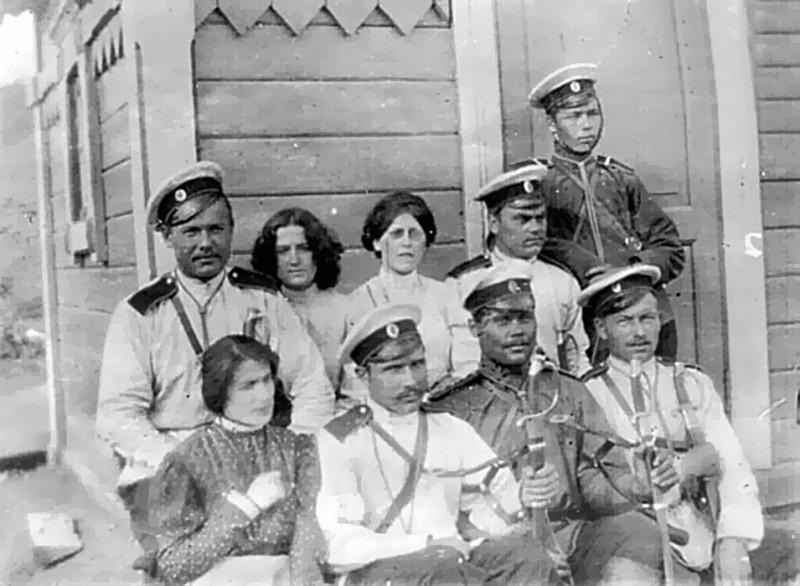 Школьник, Фиалка и Спиридонова с солдатами конвоя