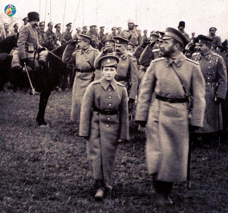 1. Государь Николай II с Цесаревичем на линии фронта,