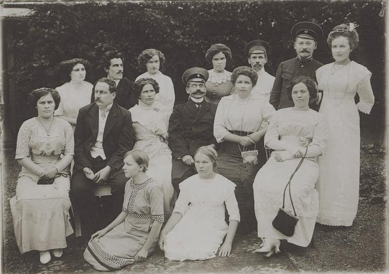 Служащие Сучанских копей с жёнами