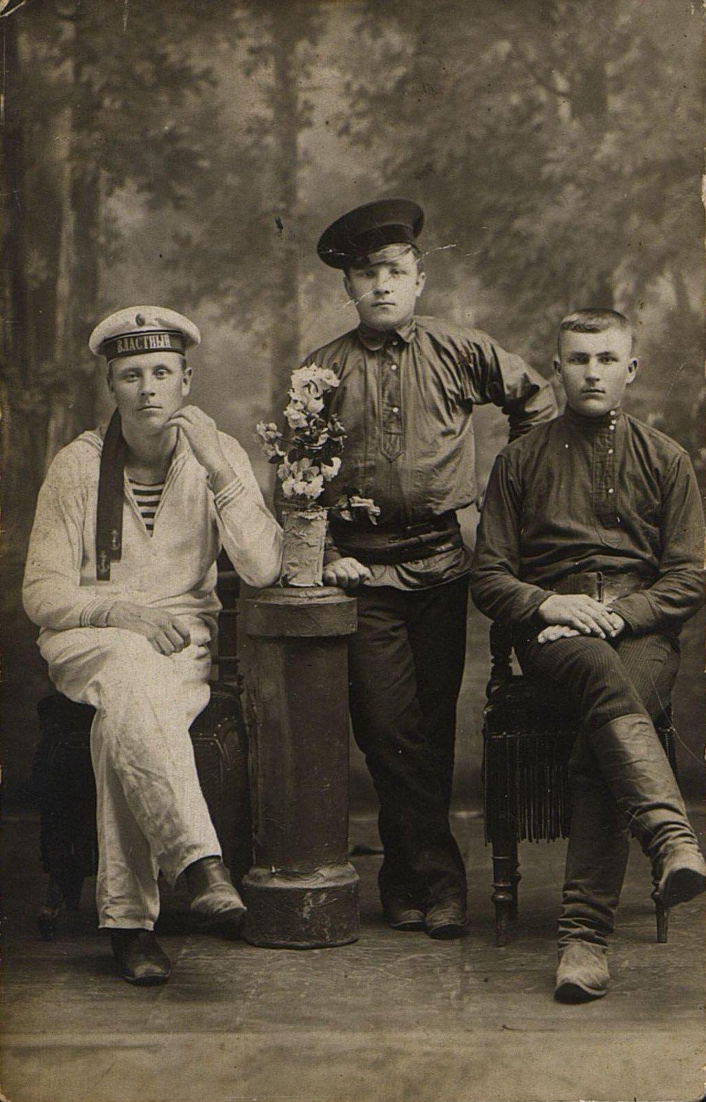 Колесников П.Е., лампонос на Сучанских шахтах с товарищами Савченко и Ковалевским