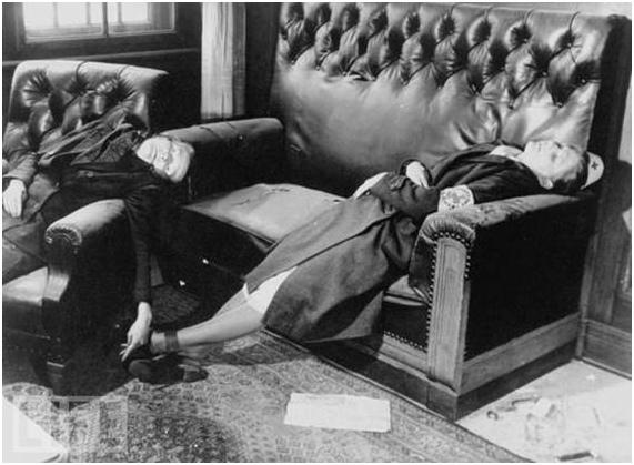 Апрѣль 1945. Мать и дочь, покончившія съ собой, не дожидаясь прихода «нечудовищныхъ» насильниковъ-«освободителей» изъ «доблестной» Красной арміи.