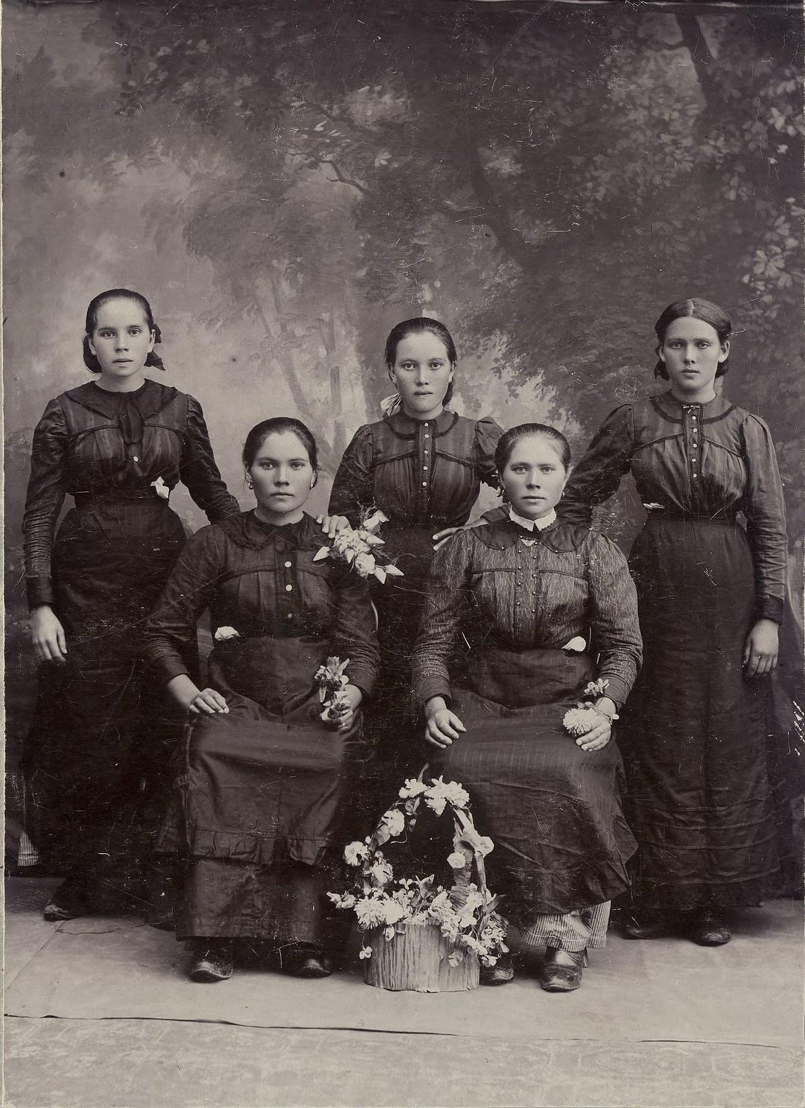 1918. Село Хомутово. Сестры Щербаковы.