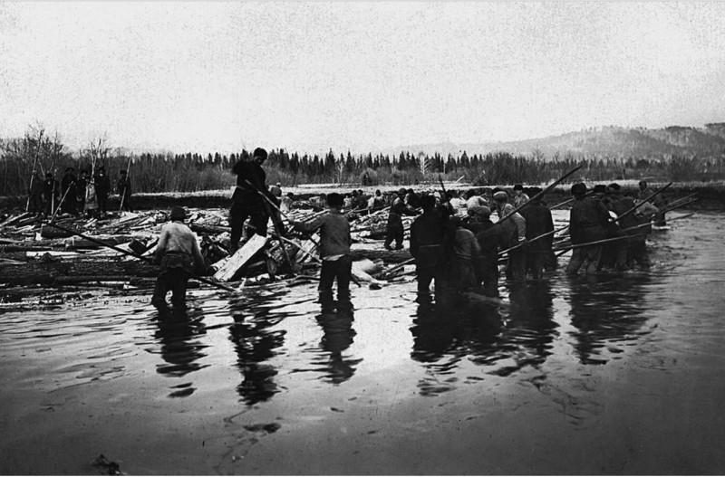 Обычное дело, работа по 10 часов по колено в ледяной воде. Ревматизм и ранняя смерть обезпечены.