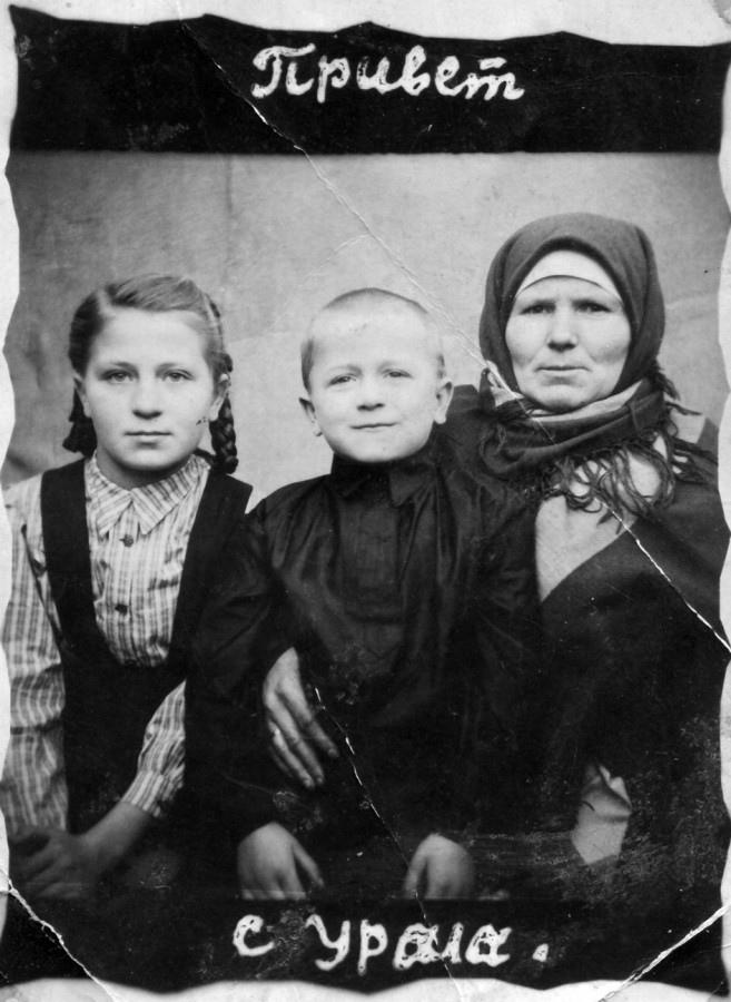 Лидия Фадеевна с дочерью Марией и сыном Анатолием. Примерно 1952 г.