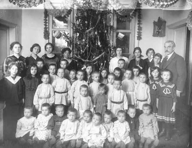 Общество трудовой помощи «Улей». Воспитанники дневного убежища с попечителями и воспитателями. 1915.
