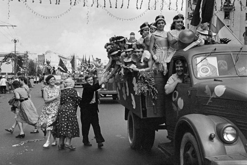 1957г. 6-ой Всемирный Фестиваль молодежи, породивший страшный разврат в совецком обществе...