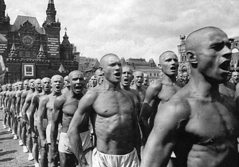 Рабоче спортивная скотинка СССР бряцает мускулами