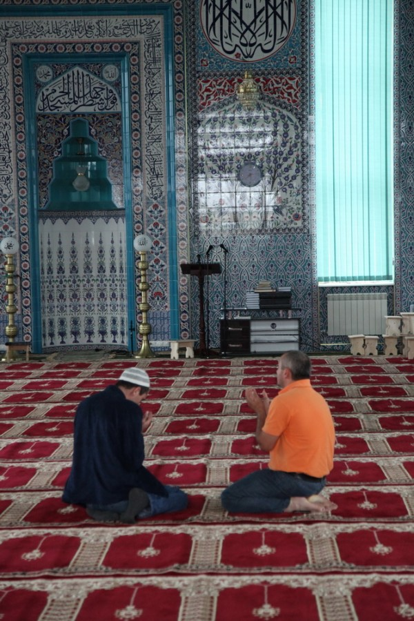 белую женщину без головного убора и с фотоаппаратом из мечети никто не выгнал
