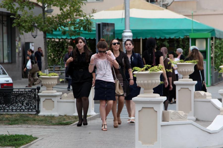 особой строгостью нравов наряды чеченских женщин не отличаются