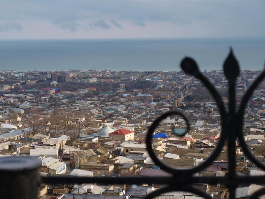 вид на Дербент и Каспийское море с крепости Нарын-Кала