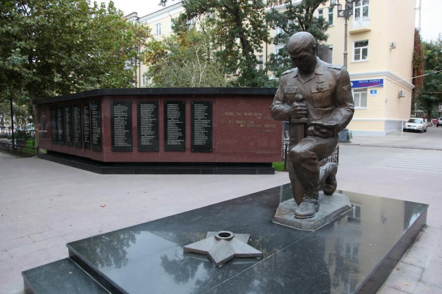 Махачкала. памятник погибшим при исполнении сотрудникам МВД