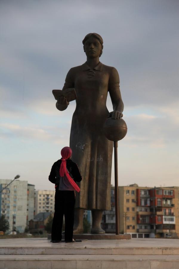 Махачкала. Памятник русской учительнице
