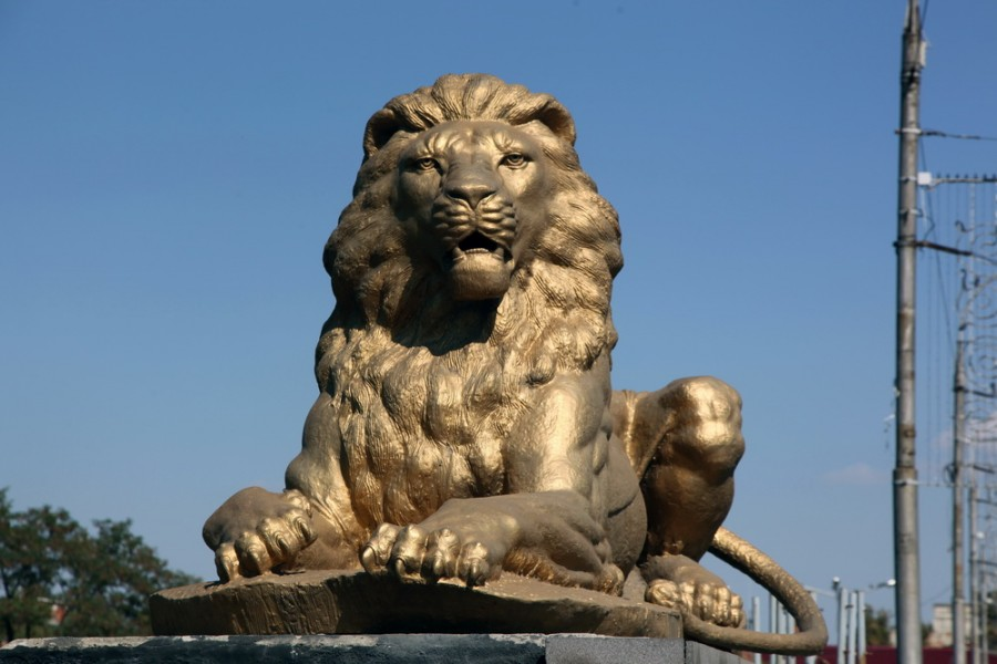 даже львы на мосту через Терек похожи на Сталина