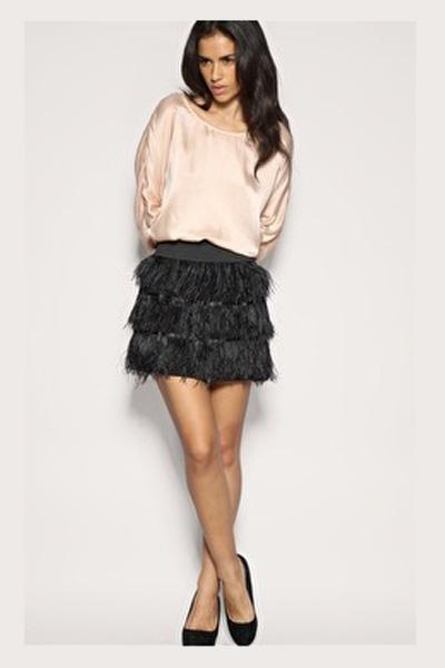 Черная юбка с перьями