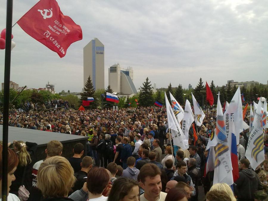 фото №13 (празднование 9 мая около памятника Воинам-освободителям)