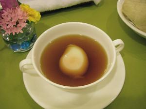 Консоме с яйцом пашот