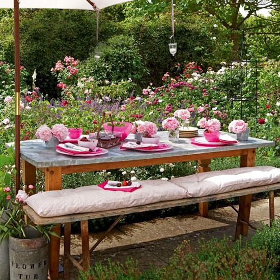 Стол в саду фото