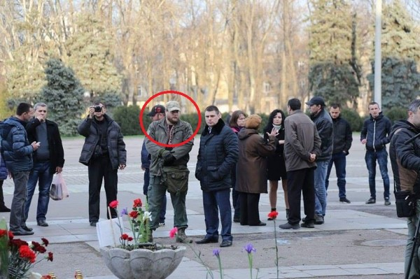 Тодор Пановский в кепке  с бородкой в центре