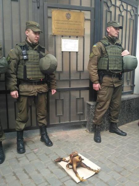 В-Одессе-под-Генконсульством-РФ-зажарили-«двуглавого-орла»-3